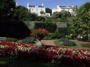 Blumengeschmückte Parks finden sich vielerorts