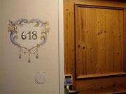 auch die Zimmer-Nummer und schöne Echtholztüren
