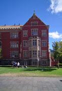 Hübsches Haus mit originellem Halbrund-Erker an der Vorder-Fassade