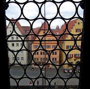 Blick auf den Marktplatz durch ein Fenster im Aufgang zum Rathausturm