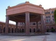 Eine der vielen «Terrassen», die von einem hohen Säulendach beschattet wird
