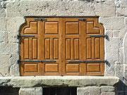 Fenster- und Fensterläden in ungewöhnlicher Form