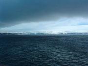 In guter, ruhiger See durchqueren wir die gefürchtete Drake-Passage und sehen in der Ferne bereits die Antarktis