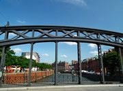 Auch die Brücken zeugen von hoher Kunst der Metallarbeiten