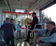 Der lustige Taku-Indianer ist Bahnbegleiter und Fremdenführer zugleich . . .