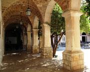 . . . mit Schatten spendendem Säulengang