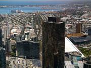 Im Bildhintergrund der wichtige Hafen von Melbourne mit den Hafen-Kränen