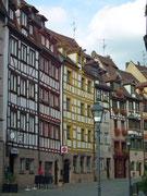 Eine klener Strassenzug mit vielen hübschen Fachwerkhäusern