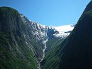Kühles Wasser schlängelt sich den Berg herunter
