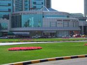 Die Aussenansicht des «Central-Soukhs» mit den prachtvollen Parkanlagen
