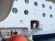 Mit Tender-Booten werden wir heute an Land gebracht.