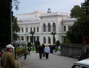 Zugangsblick zum weissen Palast von Livadia, wo die berühmten Herren  . . .
