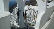 Hübscher Eingang zu einem wunderschön gelegenen Hotel mit Meerblick