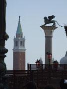 Blick über den Markusplatz zum Turm und venezianischem Stadtlöwen