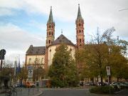 Vorbei am Dom St. Kilian am Rande der Altstadt