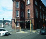 Auf der kurzen Busfahrt in die Stadt sehen wir klassische Backsteinbauten . . .