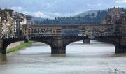 Blick auf den Ponte Vecchio Flussaufwärts