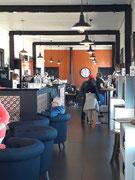 und in ein hübsches Weinlokal und Snack-Buffet umgestaltet (eben: The Wine Station)