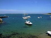 mit kleinen Buchten, die von Boots-Tagestouristen gerne besucht werden