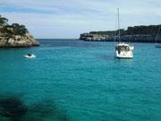. . . mit dem türkis- und smaragd-farbenen Hafen