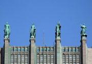 Mehrere Meter hohe Figuren zieren das Dach der Handelskammer
