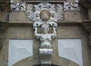 Mit Leichtigkeit «stemmt» die Dame das Muttergottes-Relief an der Hausfassade
