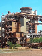 Mehrere Stockwerke hohe Förder- und Verarbeitungsanlagen