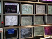 . . . die 40 Computer-Monitore mit allen Streckenteilen, Schaltschemata,