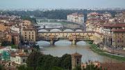 Ausblick auf die verschiedenen Brücken über den Arno