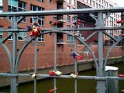 Liebesschlösser am Brückengeländer in der Speicherstadt
