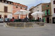 Der Verkrskreisel mitten im Dorf wird als Gartenrestaurant genutzt