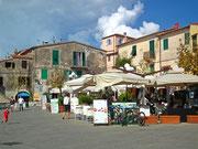 Der Dorfplatz mit mehreren Restaurants . . .