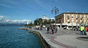 Der grosse Platz mit den hübschen Cafés und Hotels