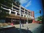 Ein moderner Zweckbau mit Büros und Fahrzeughalle für die örtliche Feuerwehr