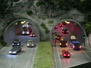 Schöne Szenerie mit Tunnelein- und Ausfahrten