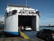 Die grossen Fährschiffe im Hafen von Piombino sind zum Laden bereit