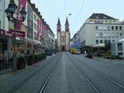 Würzburg bietet viele solcher Einkaufsstrassen wie die Domstrasse