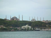 Blick auf die riesengrossen Moscheen auf der einen Uferseite . . .