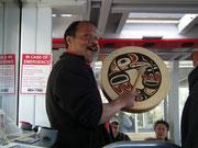 . . . und erzählt mit viel Freude aus seiner Kultur und musiziert mit seiner Trommel