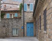 ...und den typischen blauen Türen und Fensterläden