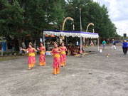 Die balinesischen Tänzerinnen heißen uns mit den Tänzen «Welcome»