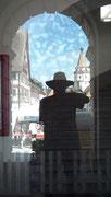 Selbstporträt in Glasscheibe
