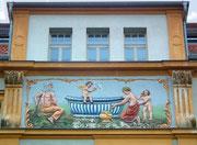 Fast kitschig-bunt und sehr künstlerisch die Fassaden-Reliefs . . .