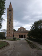 mit dem mächtigen offenen Kirchenturm