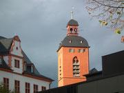 Im Sonnenlicht der Turm der kürzlich renovierten Kirche St. Quirin