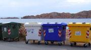 Farbenprächtig ist nicht nur die Insel sondern auch die Müll-Container