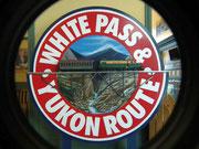 Schönes Wandbild im Bahnhofsgebäude mit Miniatur-Bahn