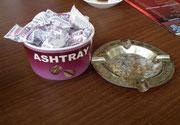 Zweck entfremdet: Der Porzellan-Aschenbecher dient als Zuckerbehälter.