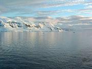 Das Antarktische Festland begrüsst uns im abendlichen Licht . . .