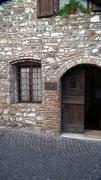 . . . mit den schönen Steinhäusern . . .